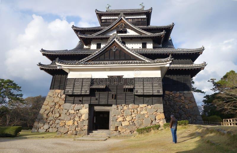 De toeristen bezoeken de samoeraien feodaal kasteel van Matsue in Shimane prefectur royalty-vrije stock foto's