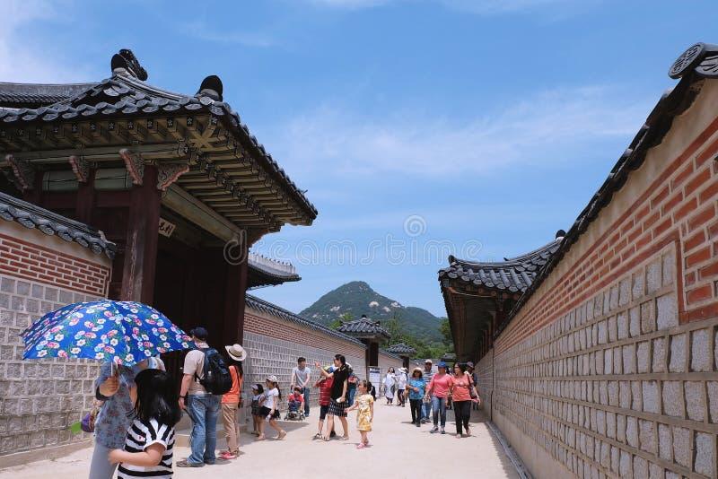 De toeristen bezoeken Gyeongbokgung-Paleis stock afbeeldingen