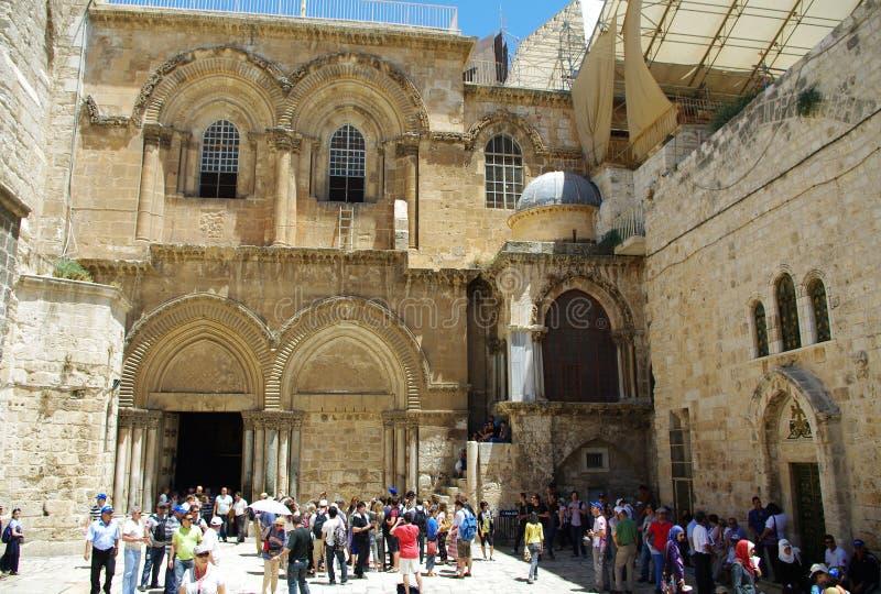 De toeristen bezoeken de Heilige Grafgewelfkerk in Jeruzalem/Israël stock afbeeldingen