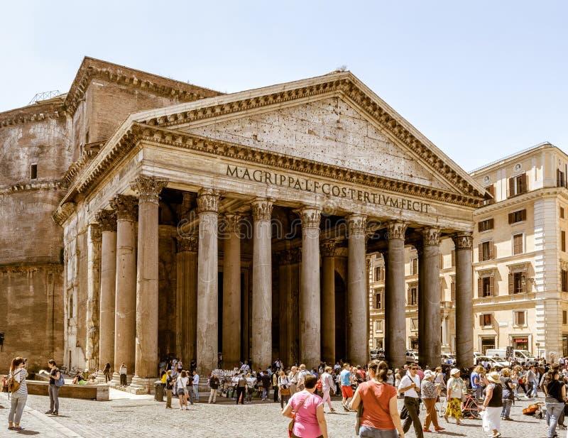 De toeristen bezoeken het Pantheon in Rome stock fotografie