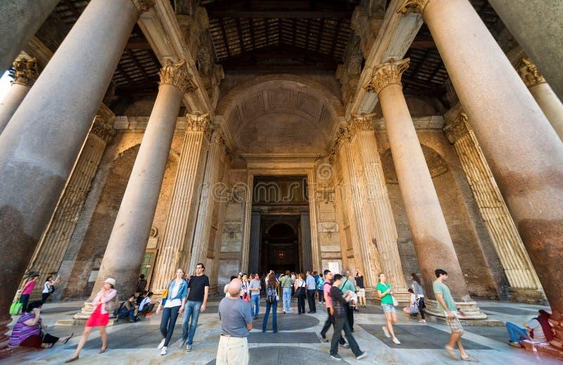 De toeristen bezoeken het Pantheon in Rome, Italië royalty-vrije stock afbeelding