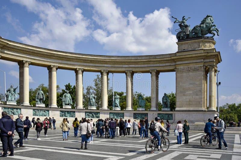 De toeristen bezoeken Millenniummonument in beroemd die Heldenvierkant, in Ongedierte wordt gevestigd stock foto