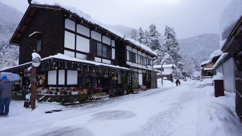 De toeristen bezoeken oud dorp binnen shirakawa-gaan, Japan stock afbeelding