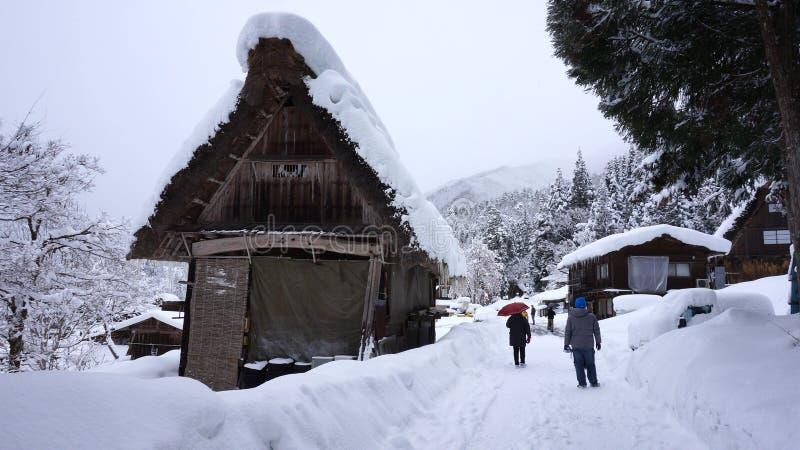 De toeristen bezoeken oud dorp binnen shirakawa-gaan, Japan royalty-vrije stock fotografie