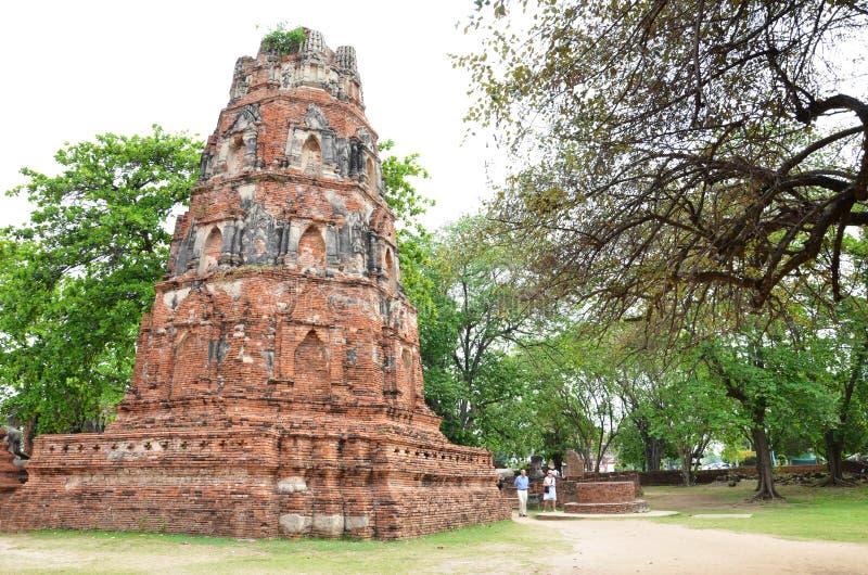 De toeristen bezoeken oude tempel van Ayutthaya-provincie stock afbeeldingen