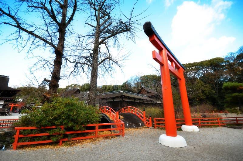 De toeristen bezoeken Shimogamo-heiligdom oranje overwelfde galerij in Kyoto, Japan stock foto's