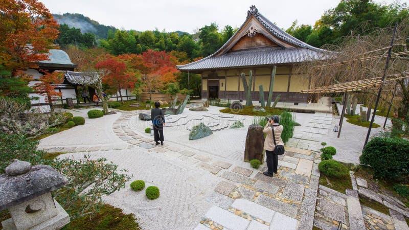 de toeristen bezoeken steentuin in Enkoji-Tempel, Kyoto stock afbeelding