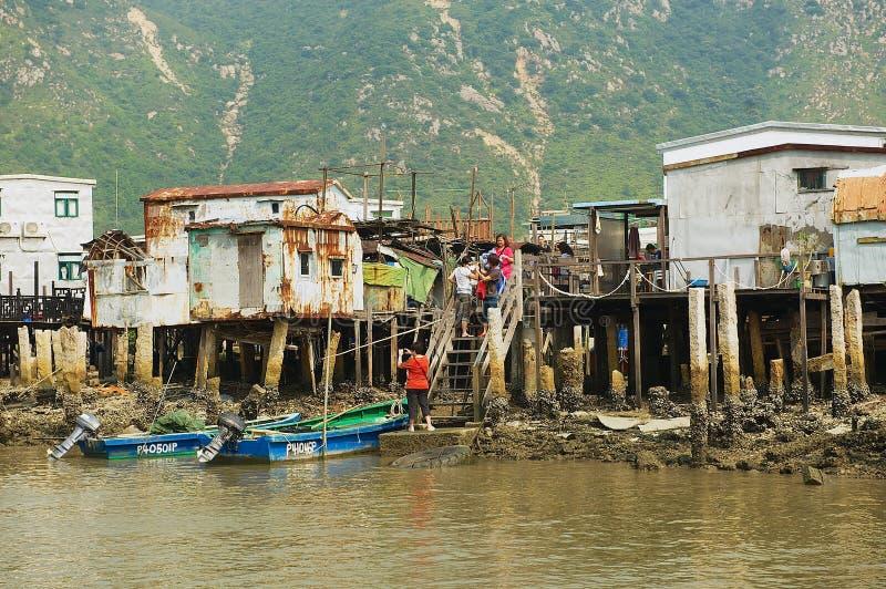 De toeristen bezoeken Tai O vissersdorp met stelthuizen in Hong Kong, China stock foto's