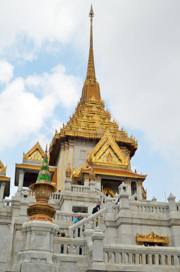 De toeristen bezoeken Wat Traimit in Bangkok stock afbeeldingen