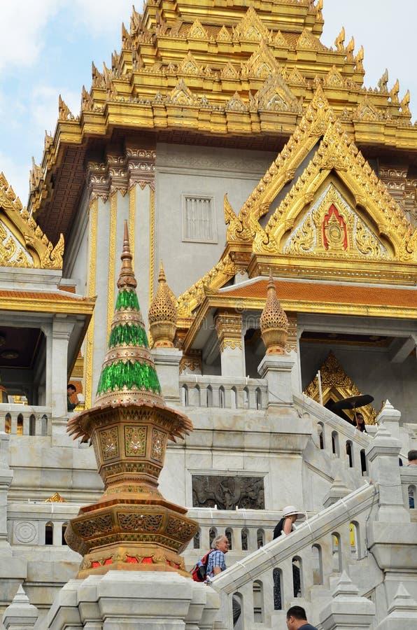 De toeristen bezoeken Wat Traimit in Bangkok stock fotografie