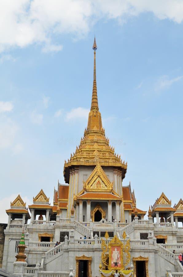 De toeristen bezoeken Wat Traimit in Bangkok stock afbeelding