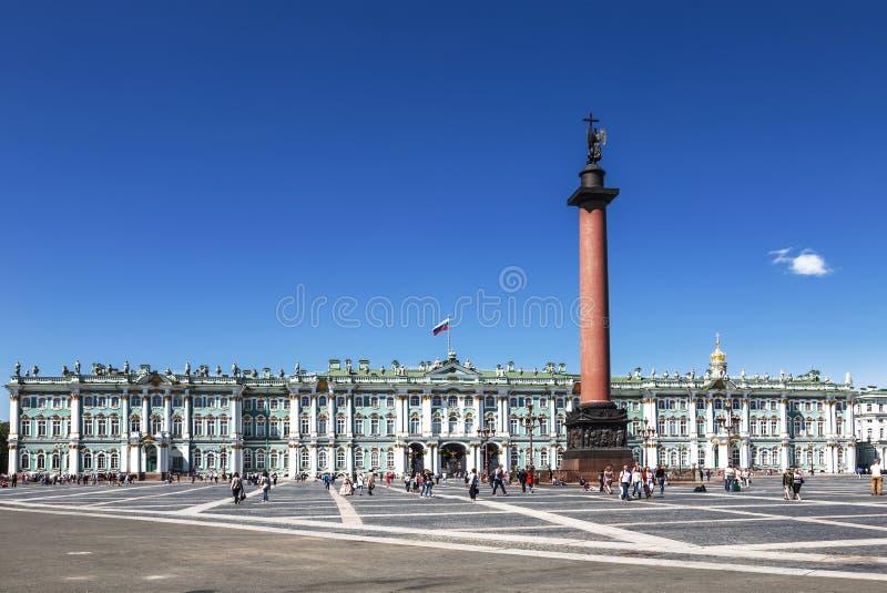 De toeristen bij het Paleis regelen in heilige-Petersburg, royalty-vrije stock foto