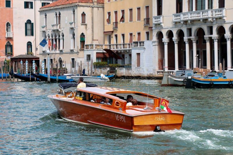 De toeristen binnen het luxewater taxi?en in Venetië, Italië royalty-vrije stock fotografie
