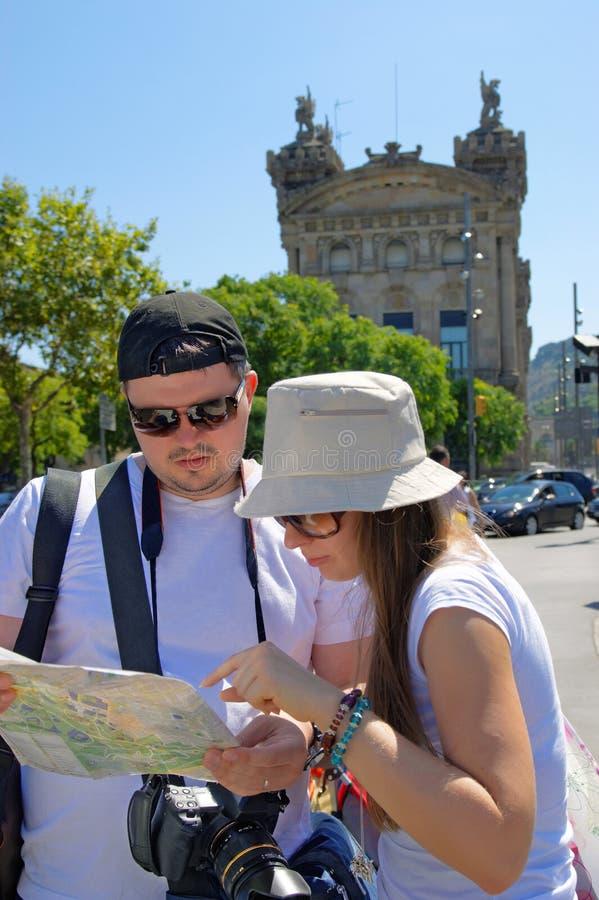 De toeristen die een stad bekijken brengen in de Straat van La in kaart Rambla royalty-vrije stock foto