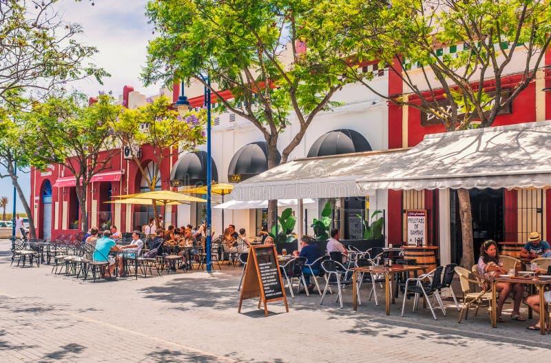 De toeristen en de plaatselijke bewoners genieten van dineren het in de open lucht in restaurants in Pleinla Lota, met inbegrip v stock fotografie