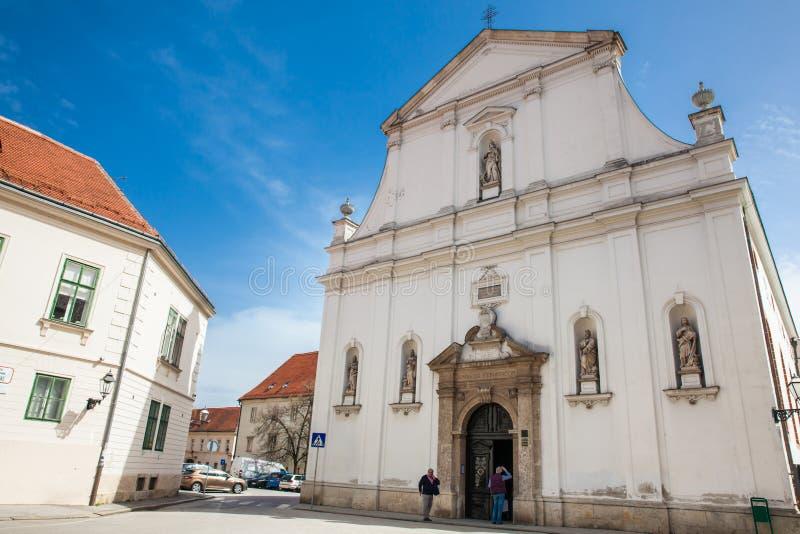 De toeristen in de Historische Heilige Catherine van de kerk van Alexandrië voltooiden binnen in 1632 stock foto's