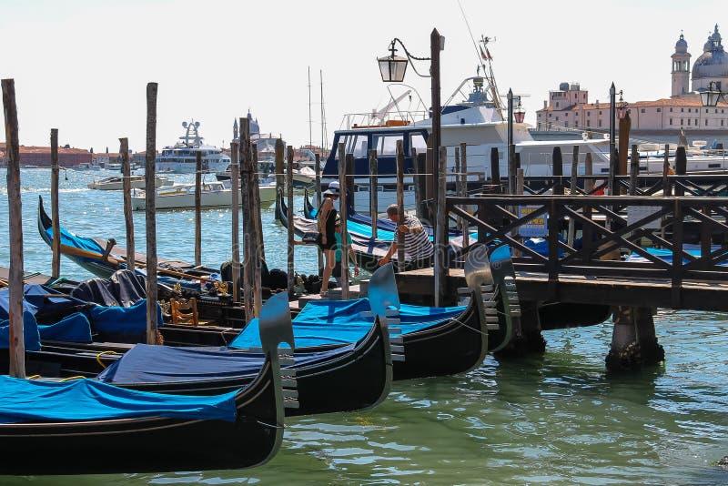 De toeristen kiezen de gondel bij de pijler in Venetië, Italië royalty-vrije stock afbeelding
