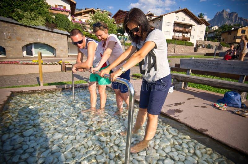De toeristen in Kneipp voegen in Castelrotto, Italië samen stock foto
