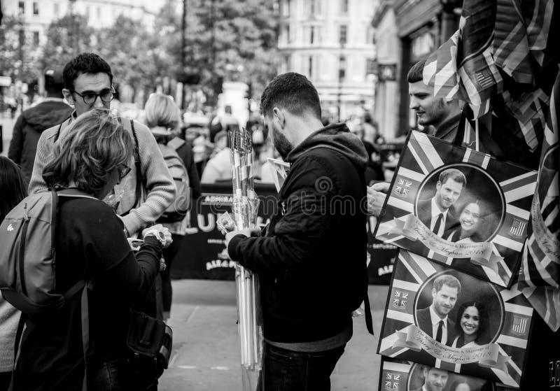 De toeristen kopen herinneringen voor Koninklijk Huwelijk royalty-vrije stock afbeeldingen