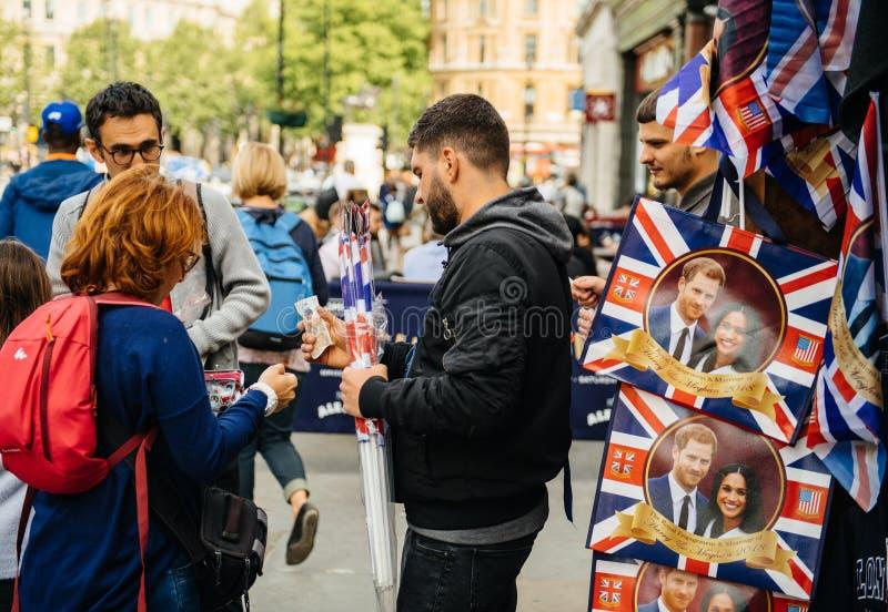 De toeristen kopen herinneringen voor Koninklijk Huwelijk stock fotografie