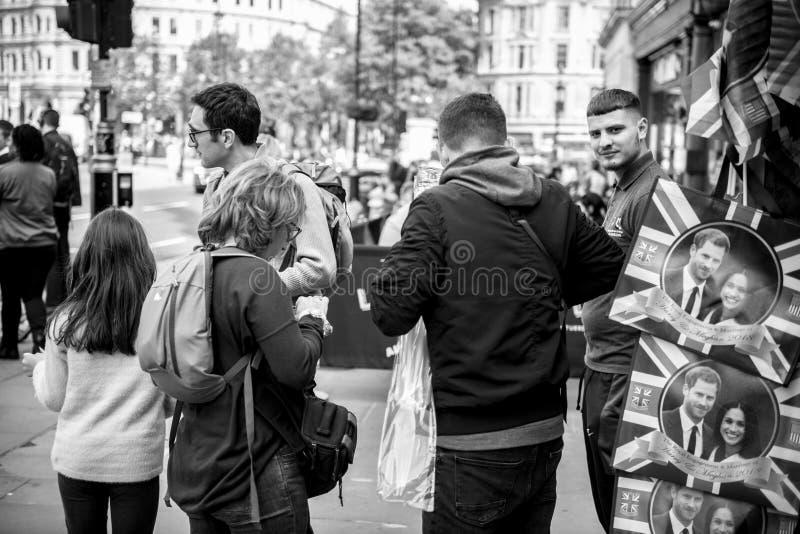 De toeristen kopen herinneringen voor Koninklijk Huwelijk stock afbeelding