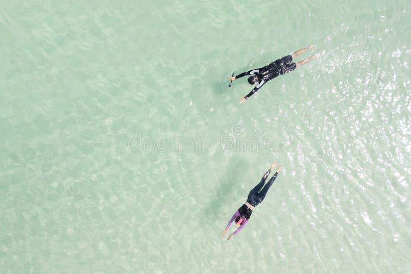 De toeristen koppelen het zwemmen op de overzeese achtergrond - U kunt FO gebruiken stock afbeelding