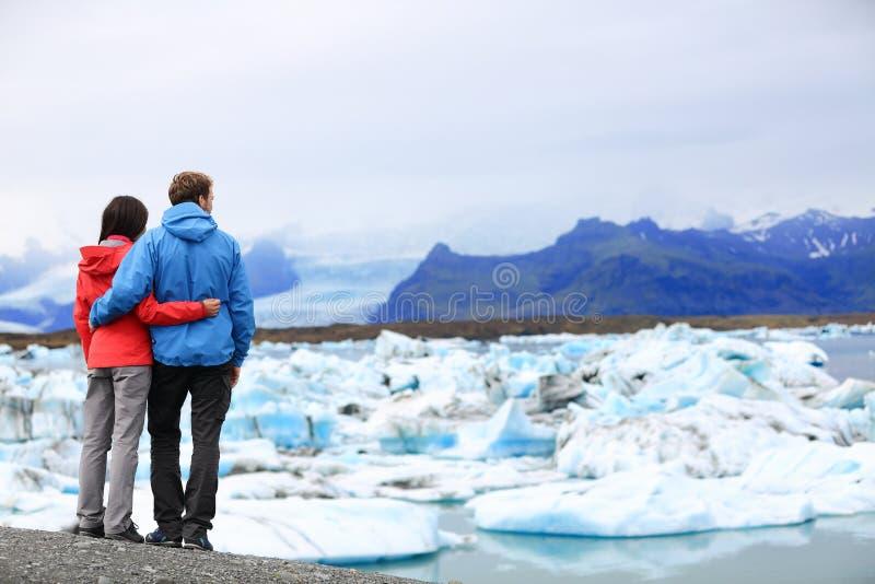 De toeristen koppelen romantisch op IJsland Jokulsarlon stock afbeeldingen