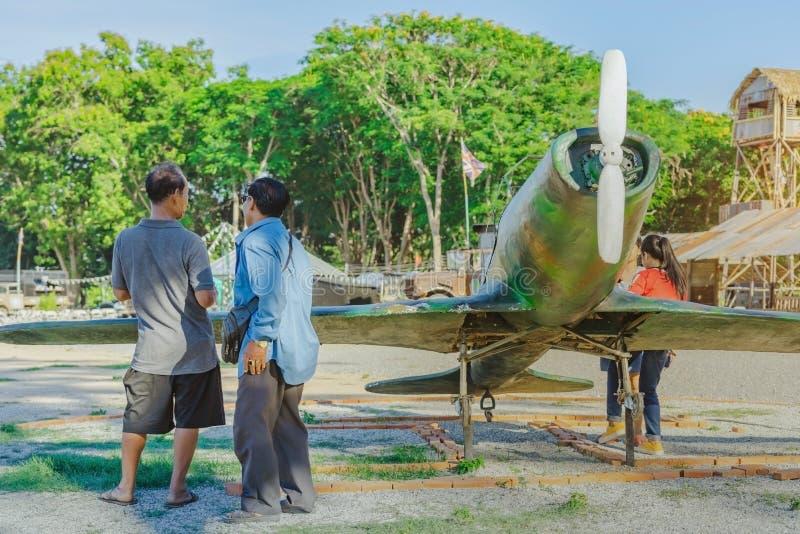 De toeristen letten op de Japanse vliegtuigen van de replicavechter tijdens Wereldoorlog II stock fotografie