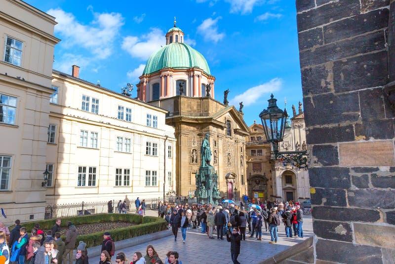 De toeristen lopen dichtbij het standbeeld van Charles IV bij Ridders van het Dwarsvierkant stock afbeelding