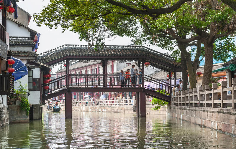 De toeristen lopen op de brug royalty-vrije stock afbeeldingen