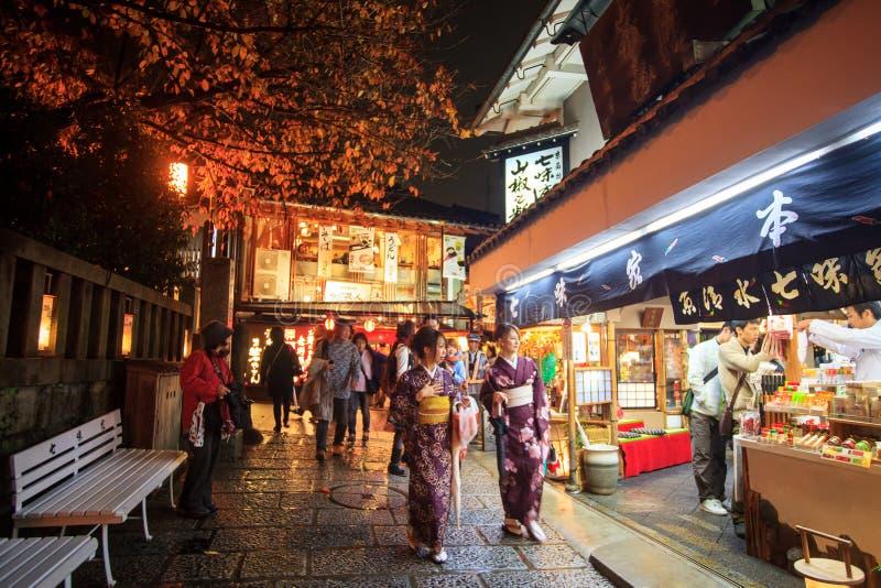 De toeristen lopen op een straat die tot Kiyomizu-Tempel leiden stock afbeelding