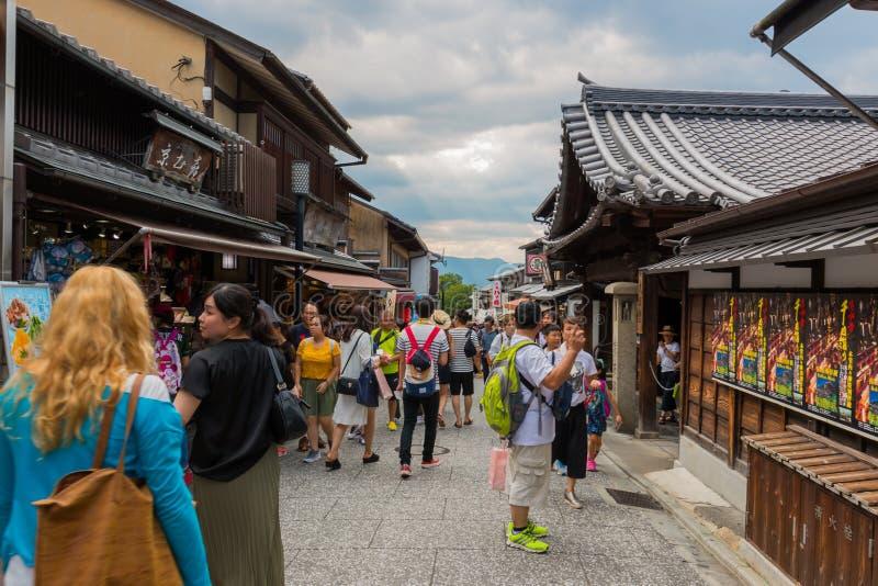 De toeristen lopen op een straat rond kiyomizu-Deratempel Kyoto, Japan royalty-vrije stock fotografie