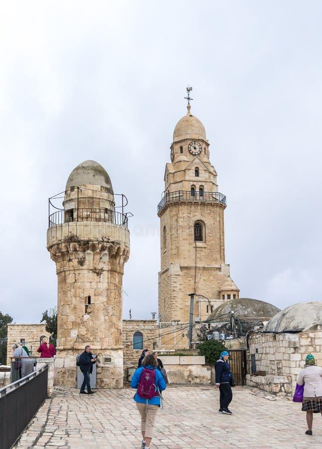 De toeristen lopen op het dak van het gebouw, dat het graf van Koning David huisvest en zien de gezichten in oude stad van Jeruza stock afbeelding
