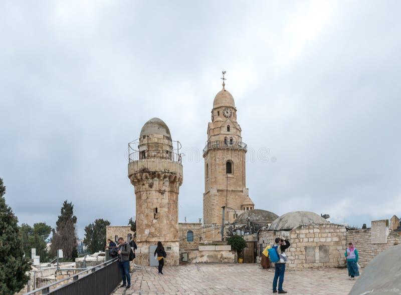 De toeristen lopen op het dak van het gebouw, dat het graf van Koning David huisvest en zien de gezichten in oude stad van Jeruza royalty-vrije stock afbeelding