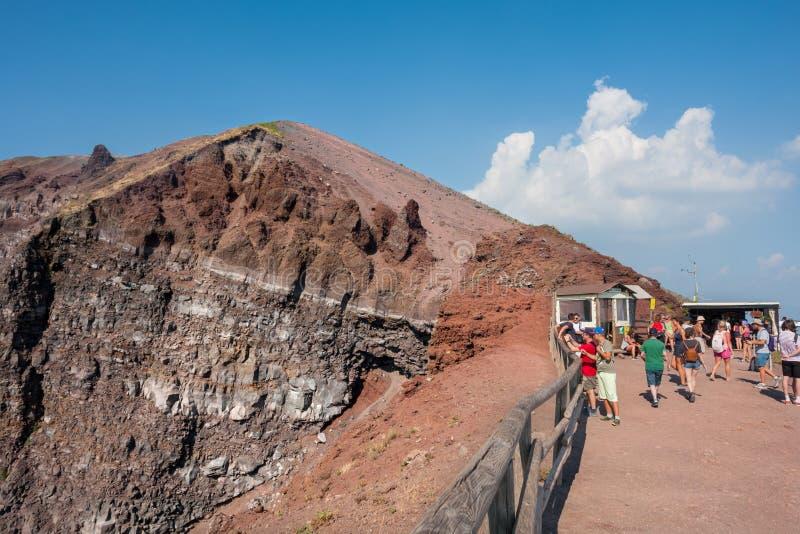 De toeristen lopen rond de krater van de Vesuvius stock foto's