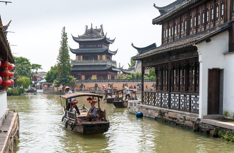 De toeristen maken een reis door boot stock foto's