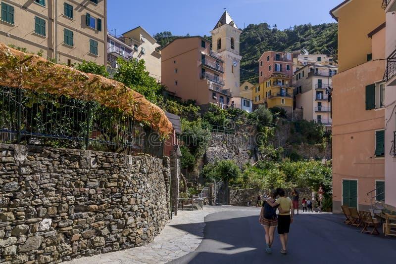De toeristen nemen beelden in het historische centrum van Manarola, Cinque Terre, Ligurië, Italië royalty-vrije stock foto's