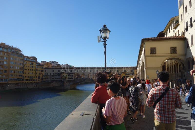 De toeristen nemen een foto dichte Ponte Vecchio in Florence stock afbeeldingen