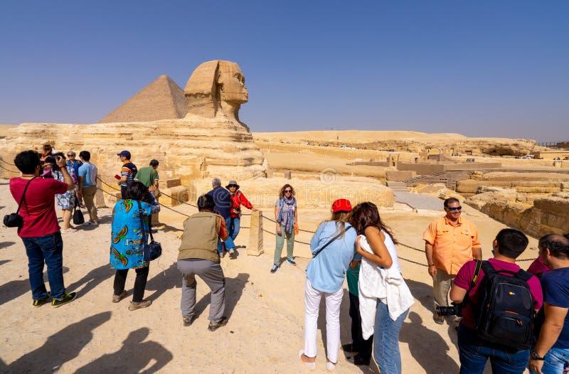 De toeristen nemen selfie dichtbij Grote Sfinx van Giza stock foto's
