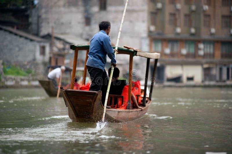 De toeristen ontspannen, nemen een rondvaart op de rivier in Fenghuang ancie royalty-vrije stock foto
