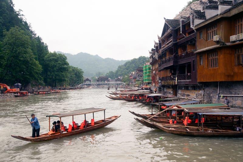 De toeristen ontspannen, nemen een rondvaart op de rivier in Fenghuang ancie royalty-vrije stock afbeeldingen