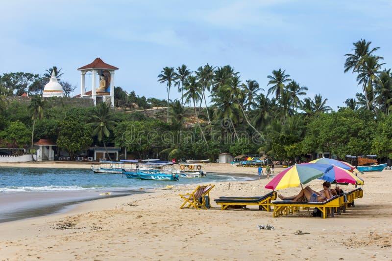 De toeristen ontspannen op het strand in Unawatuna op de zuidenkust van Sri Lanka stock afbeeldingen