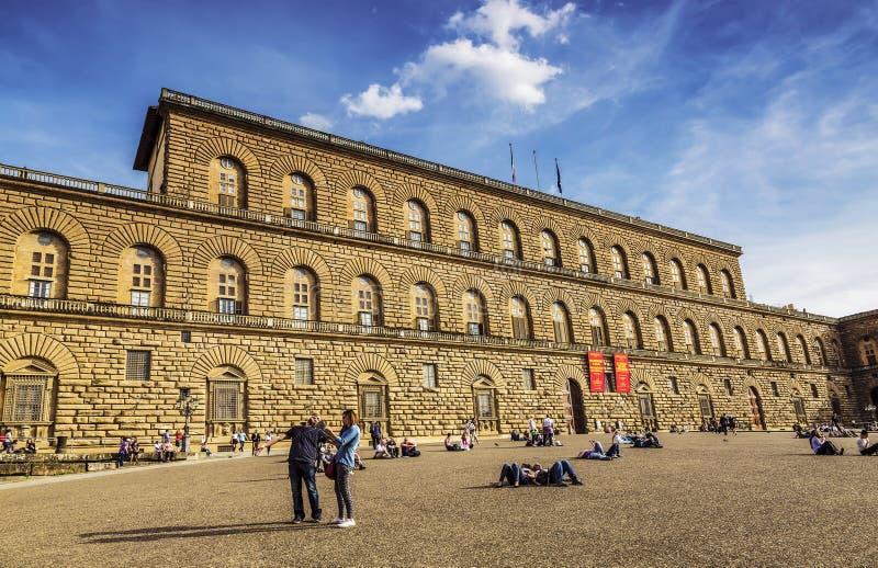 De toeristen ontspannen op het vierkant voor Palazzo Pitti, Florence, stock foto