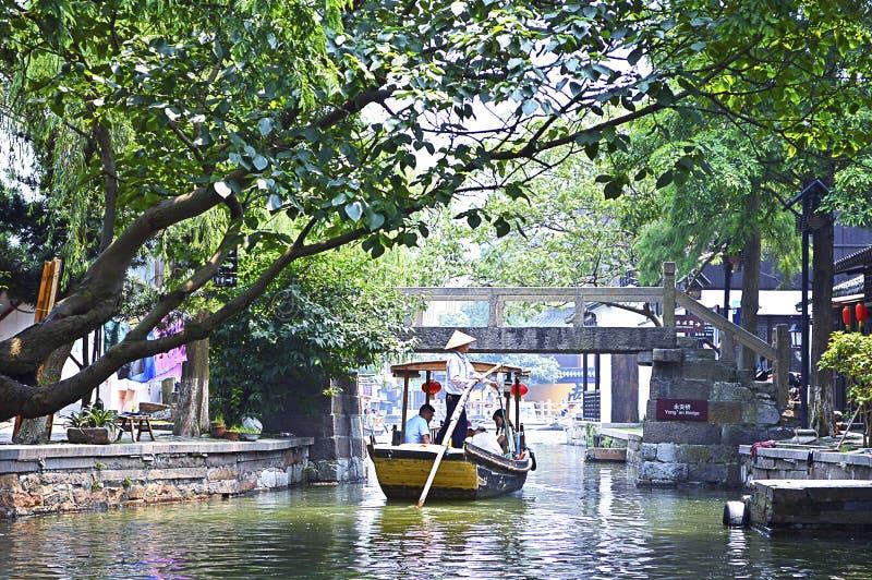 De toeristen op boot bezoeken het Waterstad van Shanghai Zhujiajiao royalty-vrije stock foto