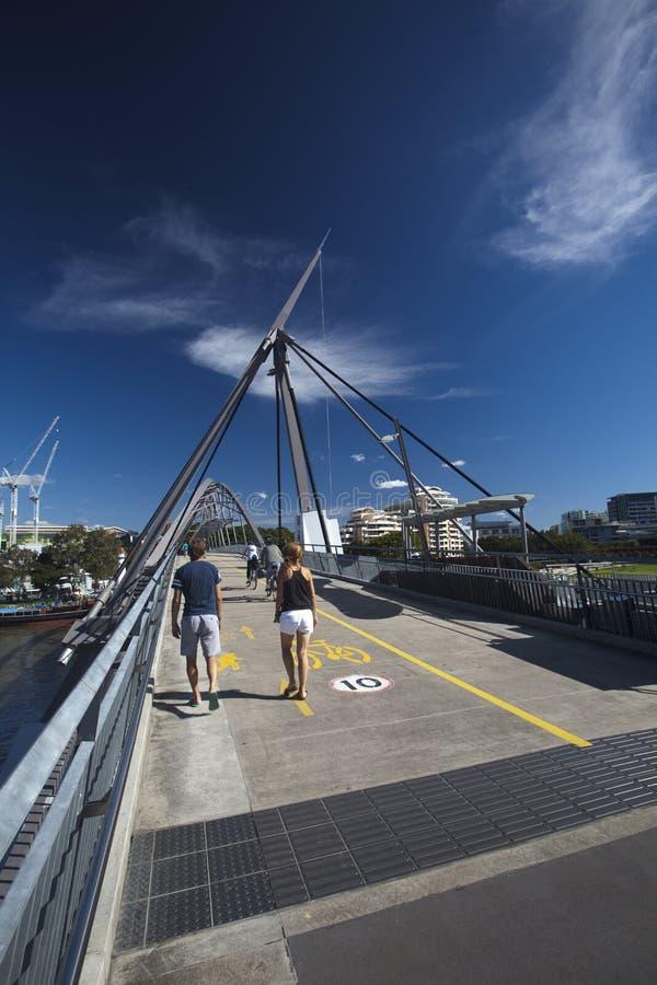 De toeristen op Goodwill overbruggen over de Rivier van Brisbane stock foto