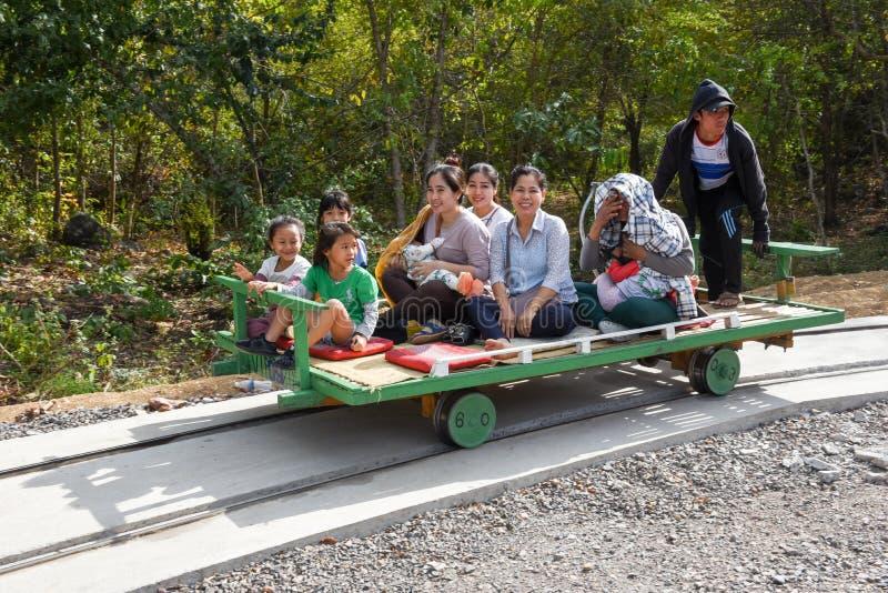 De toeristen op het Bamboe leiden in Battambang op Kambodja op royalty-vrije stock foto