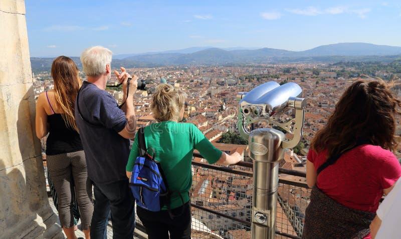 De toeristen op de kathedraal overkoepelen in Florence, Italië royalty-vrije stock foto