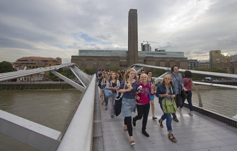De toeristen op Millennium overbruggen royalty-vrije stock afbeeldingen