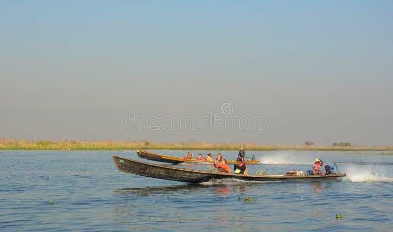 De toeristen op motorboot bezoeken bij Inle-meer royalty-vrije stock fotografie