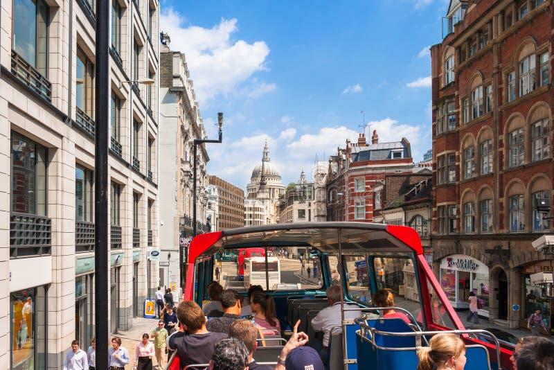 De toeristen op sightseeingsreis vervoeren in Vlootstraat per bus Londen, het UK stock foto's